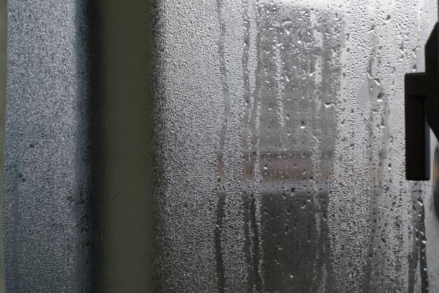 結露で曇る窓