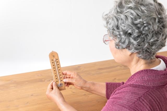 温度計を確認する女性