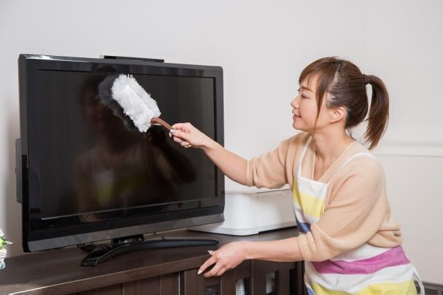 テレビを掃除する女性